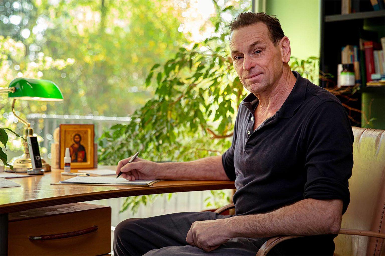 Dr. Ralph Ihlas am Schreibtisch